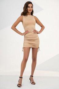 Короткое бежевое платье с драпировкой 51278